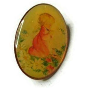 Little girl praying brooch pin pendant